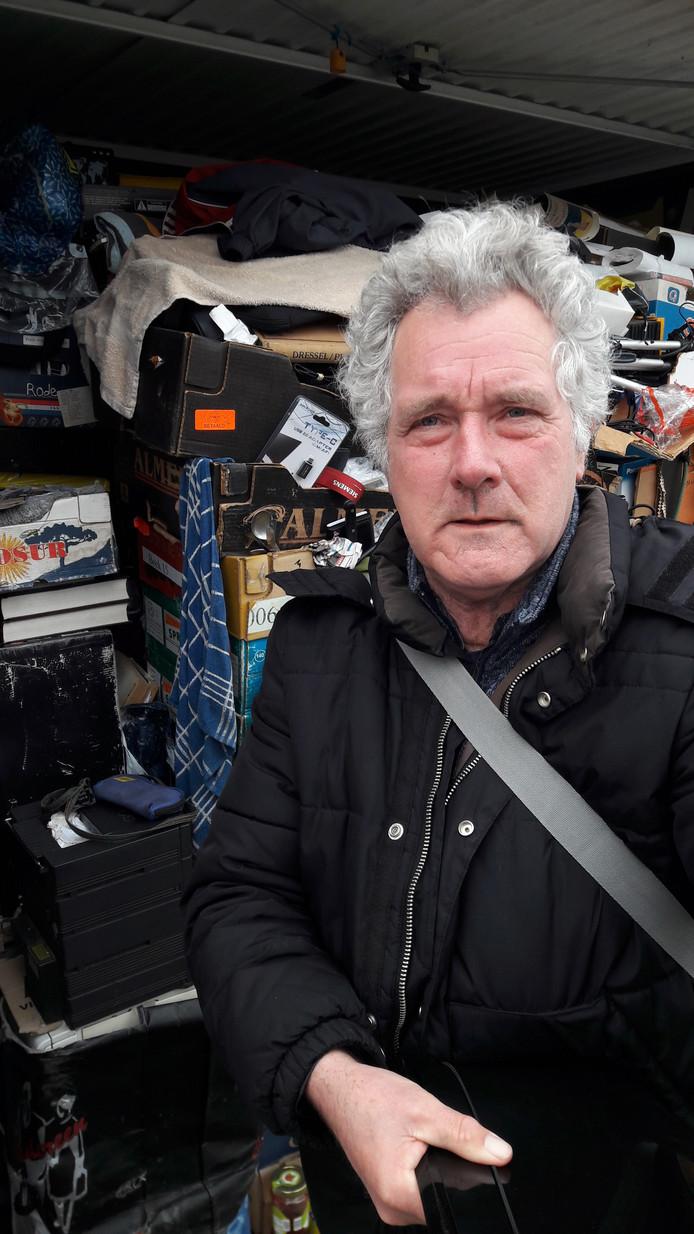 Michiel van Adrichem bij zijn garagebox, die nu ook zijn woning is.