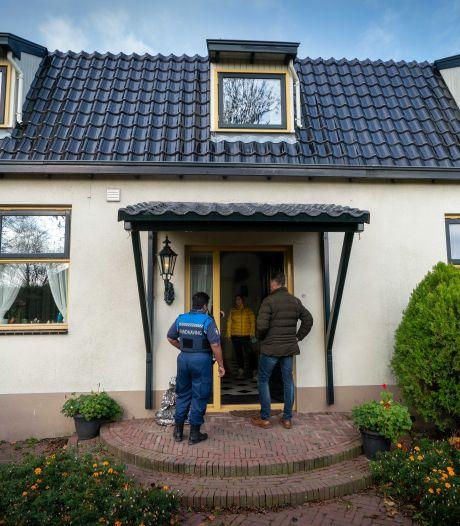 Familie Bakker protesteert tegen inspecteurs die huis controleren: 'Jullie zijn pas tevreden als we onder de trein springen'