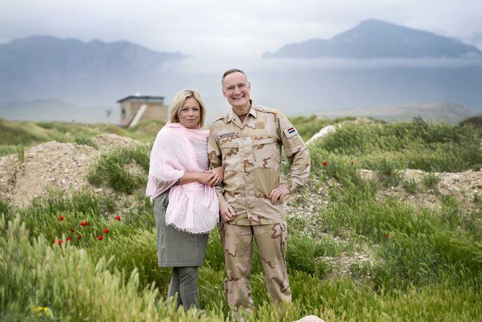 Minister Hennis-Plasschaert en Tom Middendorp tijdens een tweedaags bezoek aan Afghanistan.