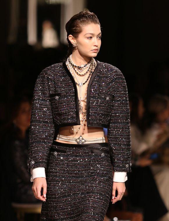 Gigi Hadid tijdens de Chanel Metiers D'Art 2019-2020 show.