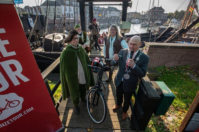 Burgemeester Bort Koelewijn ontvangt de eerste van zes fietsen, die hij daarna doorstuurt naar Utrecht als 'goedmakertje' voor bisschop Jan van Arkel.