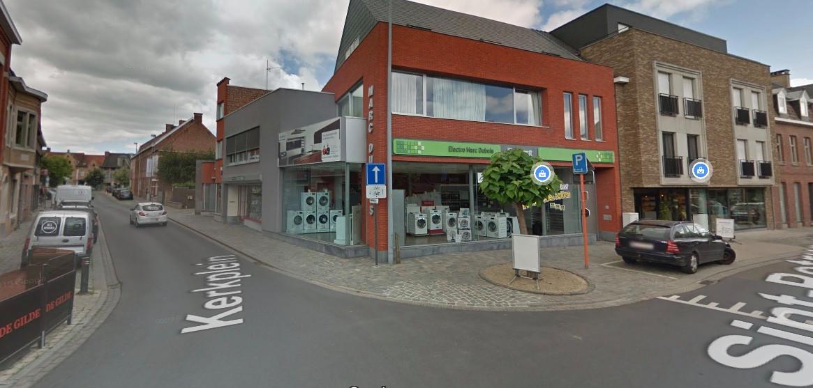 Het ongeval gebeurde op de hoek van de Sint-Petrus en Paulusstraat met het Kerkplein in Rumbeke.