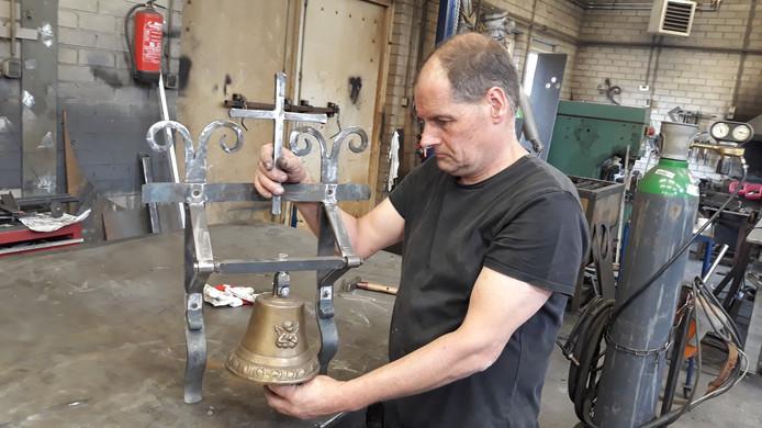 Smid Wim van den Helm legt de laatste hand aan de klok die hij schenkt aan de begraafplaats in zijn woonplaats Sint-Michielsgestel