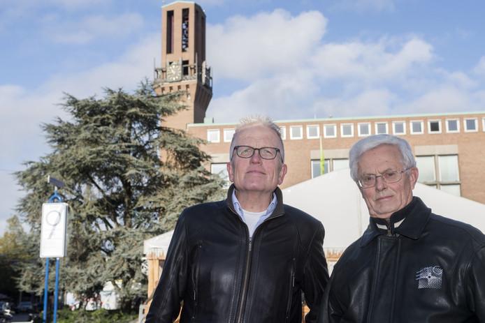 Wim ten Vaarwerk (links) en Rob Lehr van de Natuur- en Milieuraad maken zich sterk voor het behoud van de ceder.
