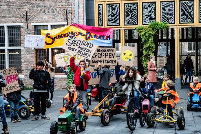 Kinderen die onlangs bij het Deventer stadhuis protesteerden - achteraf met succes - tegen de sluiting van het Speelgoedmuseum.