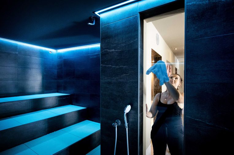 In SpaSereen in Tienhoven worden voorbereidingen getroffen voor de heropening. Vanaf 1 juli mogen de sauna's weer open voor bezoekers. Beeld ANP