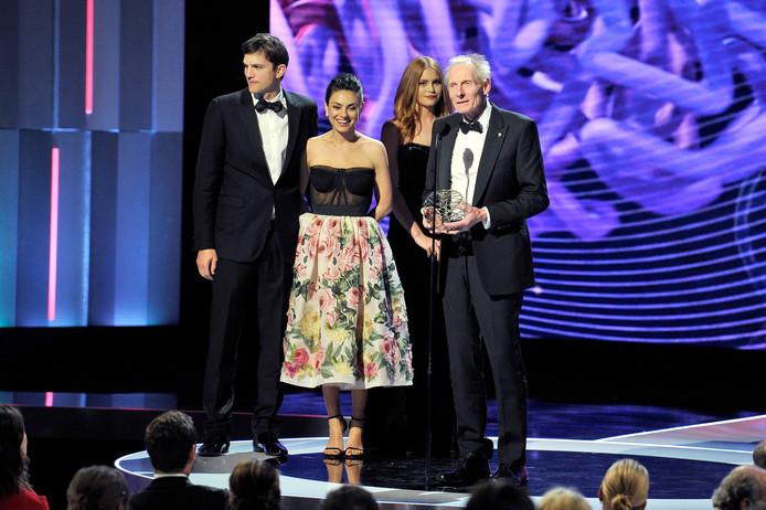Ashton Kutcher en Mila Kunis reiken de prijs uit aan Kim Nasmyth.