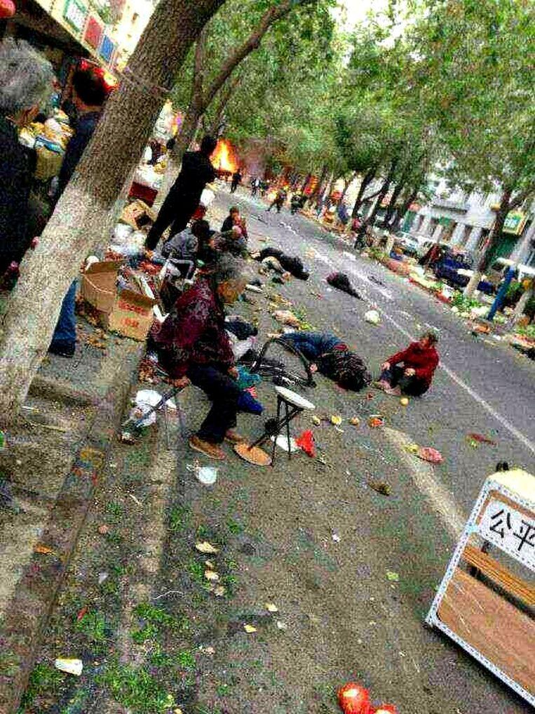 Bij een aanslag op een markt in Urumqi kwamen zeker 31 mensen om het leven. Beeld afp