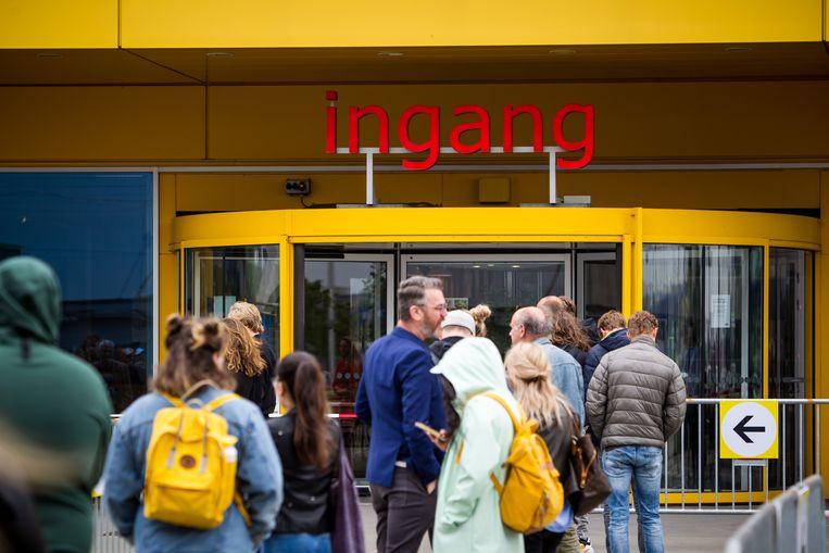 Lange wachtrijen buiten bij de IKEA vestiging in Duiven. Beeld BSR Agency