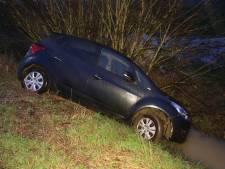 Auto zonder bestuurder in sloot in Berghem