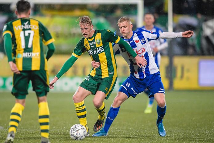 Lex Immers in duel met Jens Odgaard.