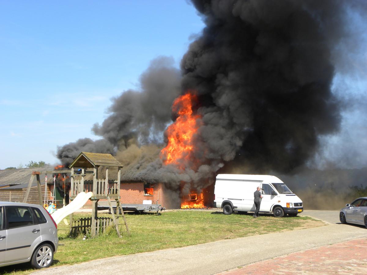 De vlammen slaan metershoog uit het dak van de schuur in Aalten.