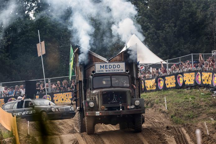 Een wagen uit Meddo op de crossbaan.