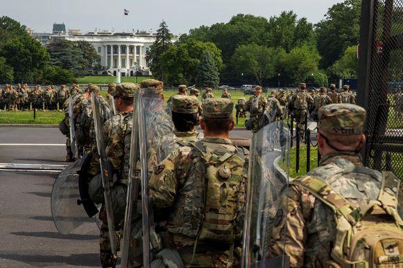 Militairen marcheren het terrein van het Witte Huis op temidden van protesten tegen raciale ongelijkheid in de Verenigde Staten. (06/06/2020)