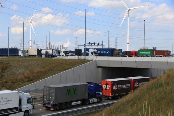 Op en rond de verkeerswisselaar Waaslandhaven-Noord stond het verkeer muurvast.