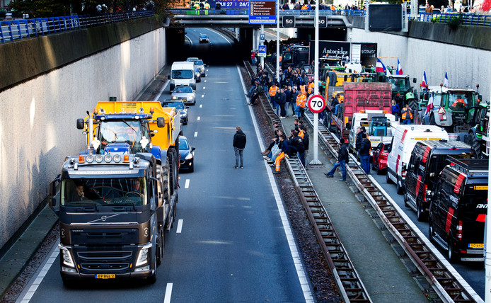 De bouwers parkeerden hun voertuigen op de A12, vlakbij het Malieveld.