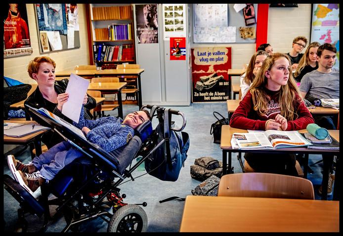 Niels-Jan krijgt geschiedenisles op het Ichtus College in Veenendaal. ,,Het is een pientere, leergierige jongen.''