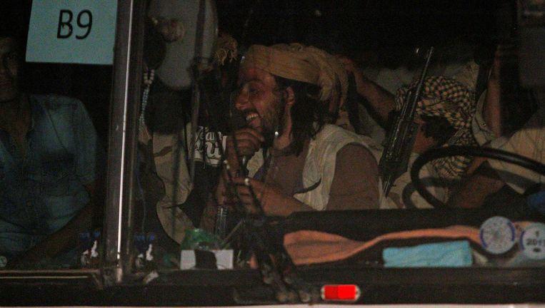 IS-strijders aan het begin van de bustocht. Beeld reuters