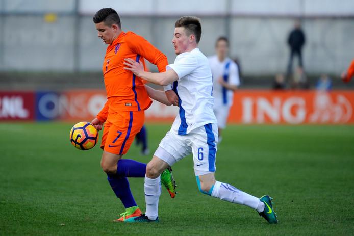 Ferdi Kadioglu (links) in actie voor Oranje onder 19.