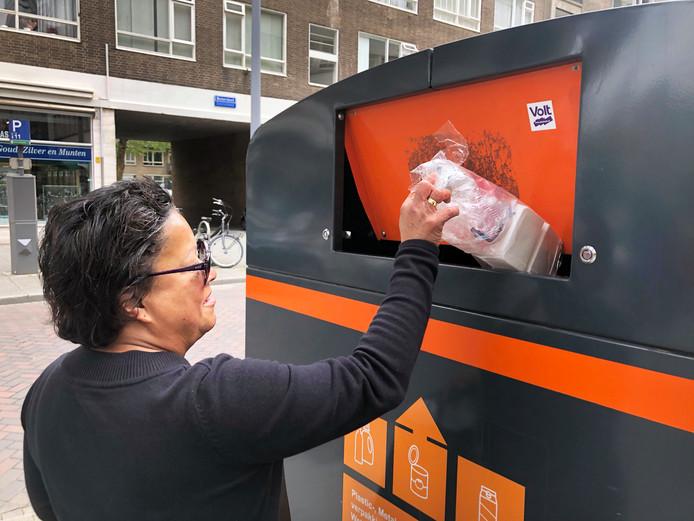 Plastic afval scheiden, in Rotterdam hoeft het al maanden niet meer, maar veel mensen blijven het toch doen. Mede omdat de containers nog steeds op straat staan.