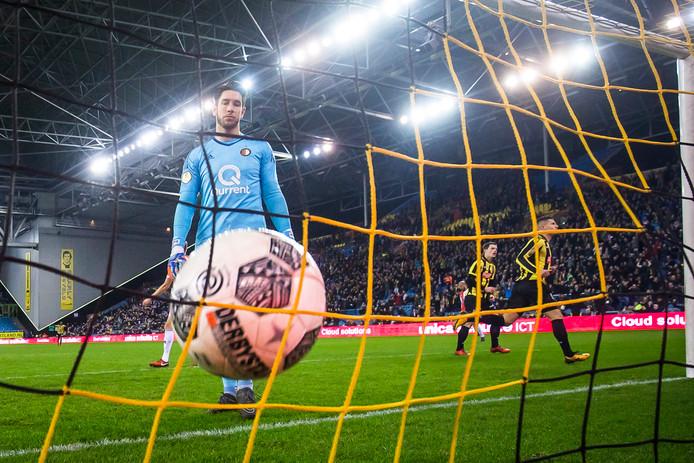 De derde goal van Vitesse. Bryan Linssen onderstreept zijn sterke optreden met zijn tweede treffer. Doelman Brad Jones baalt. Het is 3-1.