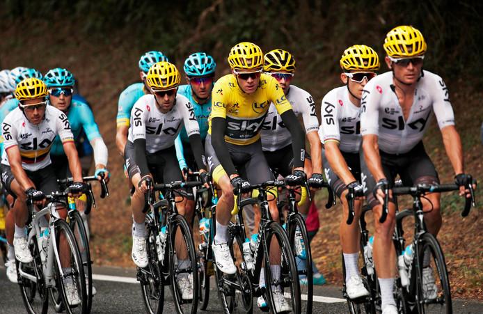 Team Sky eerder deze Tour, met Chris Froome in het geel als klassementsleider.
