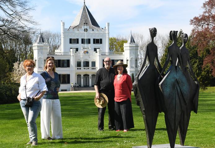Annie van Hal, Laura van Lynden en Willem en Catherine Lenssinck met beelden en kasteel Sandenburg op de achtergrond.
