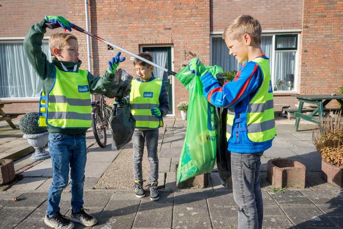 Kinderen van groep 5 van BS De Molenvliet in Klundert verzamelen afval op straat op Keep it Clean Day.