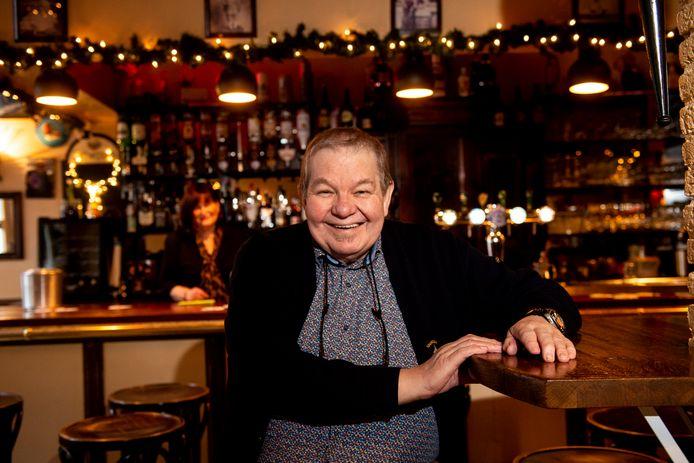 De Bolle in zijn café, De Dwaasheid. Zutphens meest markante kroegbaas overleed afgelopen woensdag.