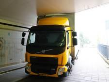 Vrachtwagen klem in fietstunnel Eindhoven