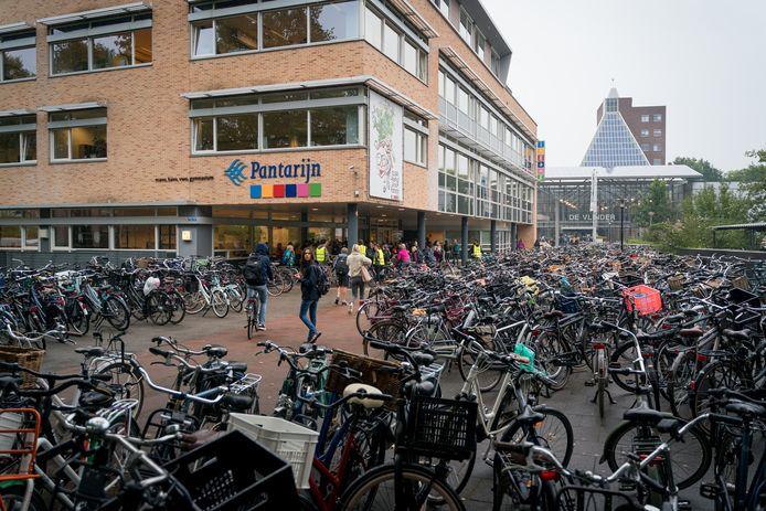 Honderden fietsen buiten bij Pantarijn.