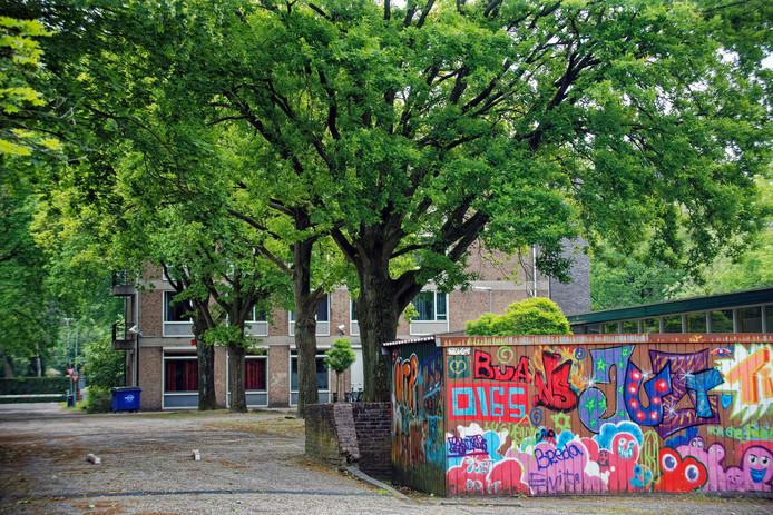 Het terrein van jeugdzorginstelling Lievenshove in Oosterhout ligt er verlaten bij nadat deze locatie onlangs is gesloten.