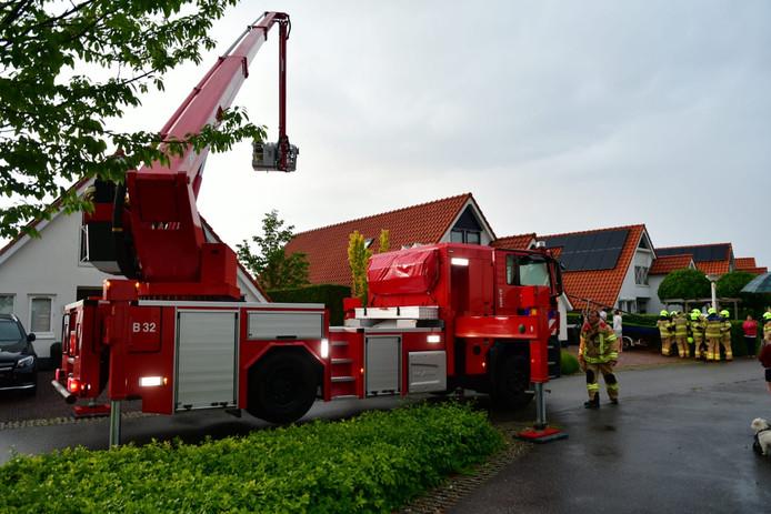 De brandweer heeft nacontrole uitgevoerd met behulp van een hoogwerker.