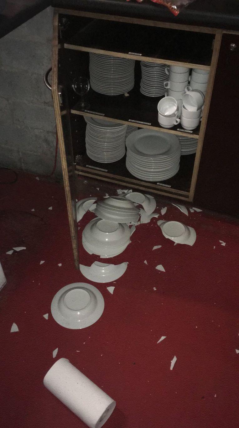 De vandalen gooiden borden stuk.