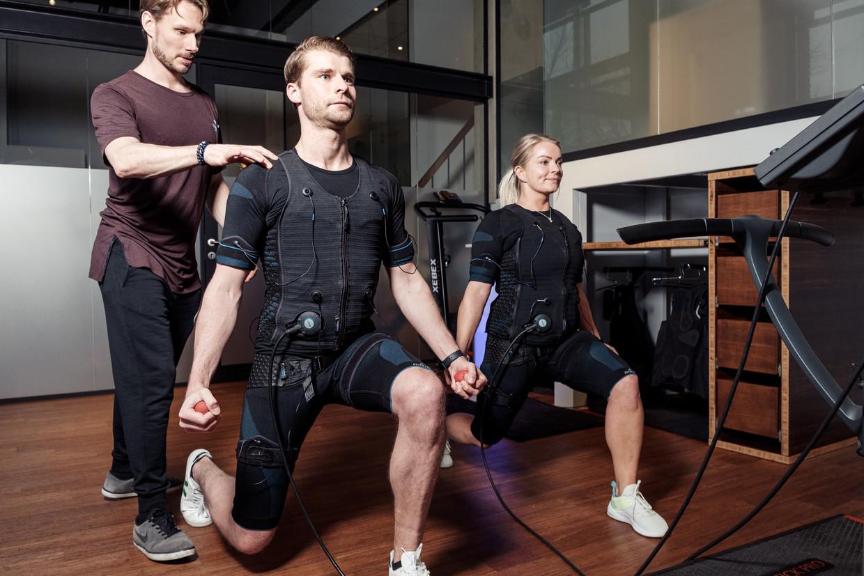 Trainer Ariën Mak geeft een les bodytec bij sportschool Fit & Fast. Beeld Jakob Van Vliet