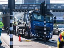 Vrachtwagen ramt viaduct: tijdelijk geen treinverkeer mogelijk van en naar Den Haag Centraal