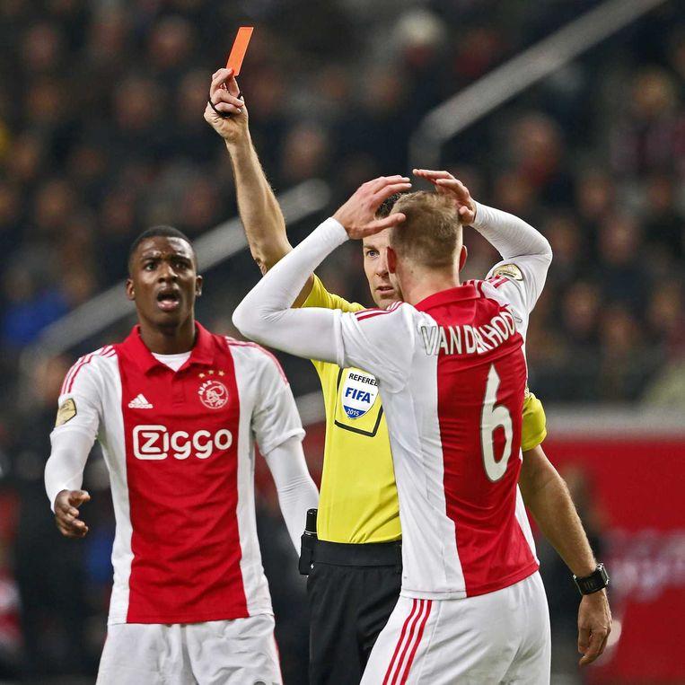 Scheidsrechter Pol van Boekel geeft de rode kaart aan Ajax speler Niklas Moisander, Ajax speler Mike van der Hoorn (r) en Ajax speler Riechedly Bazoer (l) kunnen het niet geloven. Beeld anp