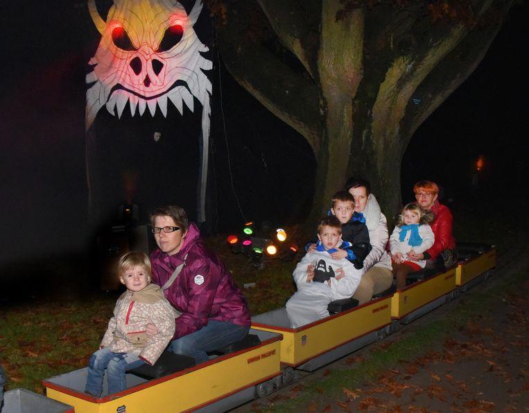 In het stadspark in Turnhout kon je met een mini-trein een ritje maken door een griezelig decor.