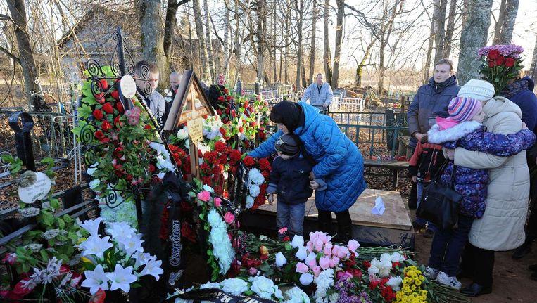 Russen rouwen om hun overleden geliefden. Beeld anp