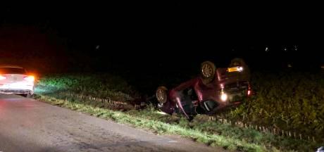 Auto vliegt over sloot en belandt op de kop in weiland in Winterswijk, politie doet onderzoek