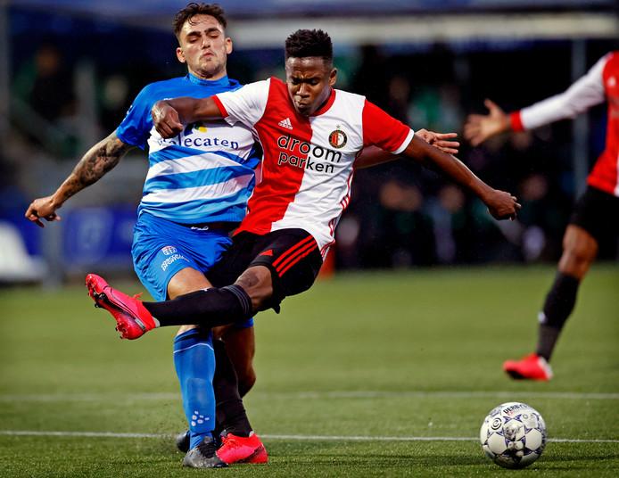 Luis Sinisterra wordt geblokt door PEC Zwolle-verdediger Sam Kersten. Hij loopt hierbij zijn knieblessure op.