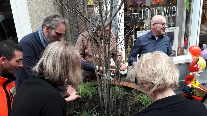 Met vereende krachten gaan de eerste plantjes de grond in bij de drogisterij aan de Kortestraat in het Rozetkwartier.