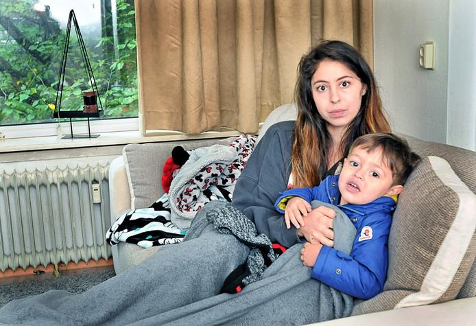 Bianca Termini en zoontje Giovanni dik gekleed op de bank.