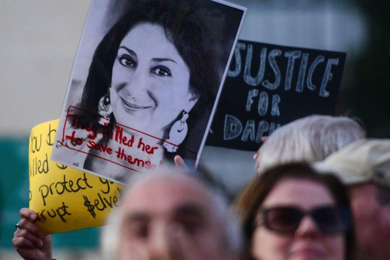 Demonstranten met een foto van de vermoorde journalist Daphne Caruana Galizia. Beeld AFP