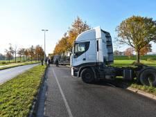 Truck van de Rijsbergseweg geschoven in Breda, weg weer vrij