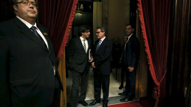 In Barcelona is zondagavond een nieuwe regioregering gevormd zonder de huidige regiopresident Artur Mas, op de foto rechts. Beeld null