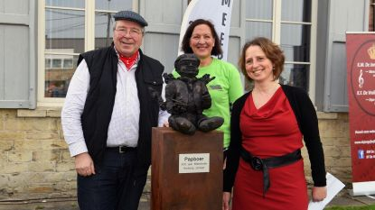Standbeeld 'De Papboer' onthuld aan Pastorij