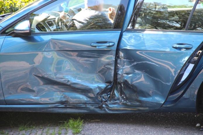 Schade bij één van de twee voertuigen die in botsing kwamen.