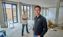 Frank Verhoeven (links) en Geert van der Hagen werken deze zomer hard aan hun nieuwe bakkerij in de Kalverstraat.