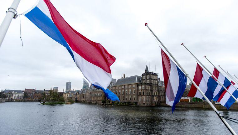 De vlaggen op Nederlandse overheidsgebouwen gaan donderdag halfstok. Beeld ANP